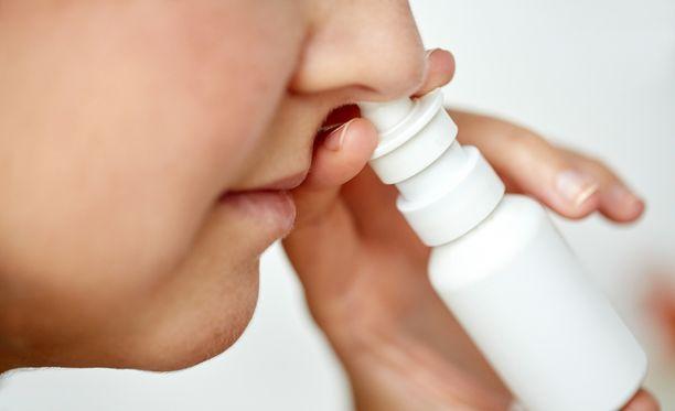 Liiton mukaan nenäsuihkeet voivat auttaa allergiaoireisiin. Lisäksi nenäkannu on hyvä apuväline nenän puhdistamiseen allergisessa nuhassa.