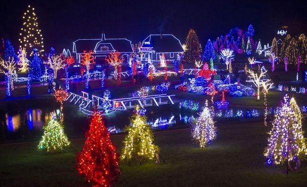 Kroatiassa jouluvaloilla eroteltiin talojen ääriviivat.