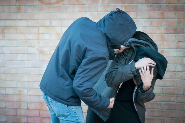 Häpeäherkkä oikeuttaa väkivallan käytön joko syyllistämällä muita tai itseään.