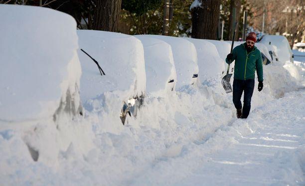Autot ovat hautautuneet lumeen Washingtonissa.