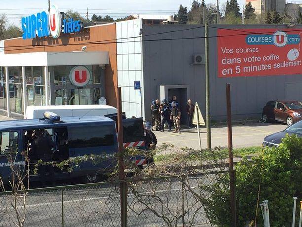 Poliisit ovat asemissa supermarketilla. Ilmeisesti panttivangit on vapautettu.
