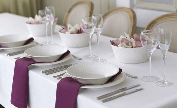 Siistin kattauksen saat valkoisilla lautasilla, väriä voi lisätä lautasliinoilla tai kukkasilla.