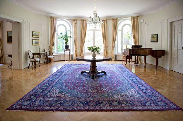 Talon pianohuoneessa järjestetään cocktailtilaisuuksia. lllallisvieraat nauttivat usein alkudrinkkinsä myös tässä huoneessa.