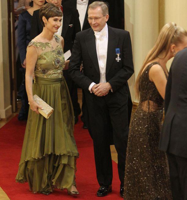 Risto E.J. Penttilä oli puolisonsa kanssa kättelyvuorossa Samu Haberin ja Vivianne Raudseppin jälkeen.