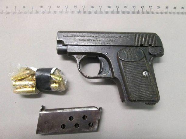Poliisi takavarikoi tutkinnan aikana kaksi luvatonta asetta sekä patruunoita.