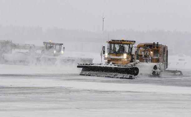 Helsinki-Vantaalla on pitänyt kiirettä hurjan lumimyrskyn takia. Kuvituskuva.