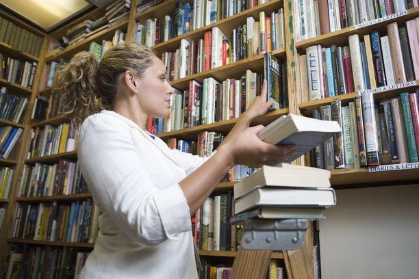 Kirjastovirkailijoiden palkka on vajaa 2 300 euroa.