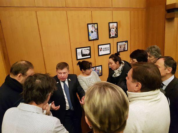 Julii Mamcur vieraili Suomessa helmikuussa. Suomen ukrainalaisyhteisö otti hänet sankarina vastaan. Mamcur sai kertoa useita kertoja Krimin tapahtumista.