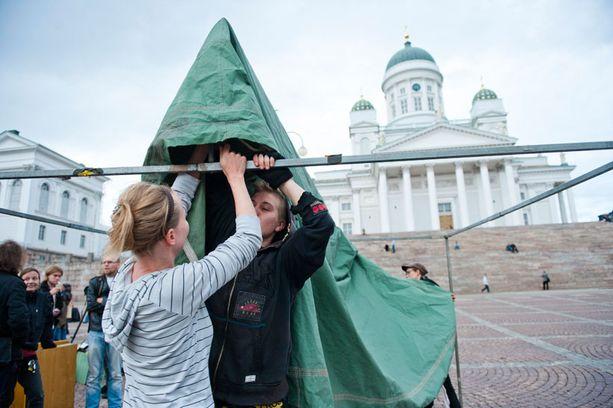 Suomalaisaktivistit pystyttivät telttakatosta Senaatintorille tiistaina.