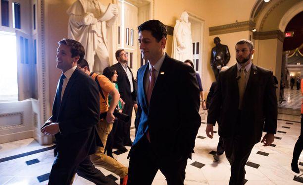 Republikaanipuoluetta kongressin edustajainhuoneessa luotsaava Paul Ryan (keskellä) matkalla äänestämään budjettiehdotuksesta.
