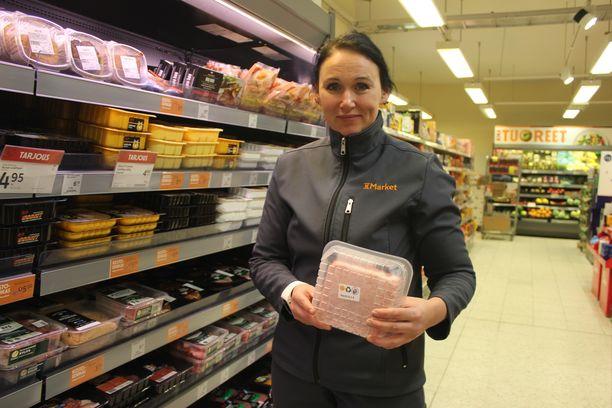 Myyjä Anu Vähäsoini sanoo pantillisuuden näkyneen asiakkaiden ostokäyttäytymisessä.