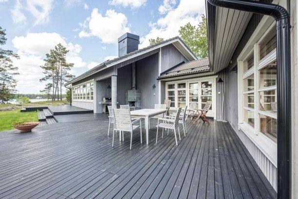 Inkoossa Stävö -nimisellä niemellä on myynnissä merenrantakiinteistö, johon kuuluu useita erillisiä rakennuksia. Päärakennuksessa on tilaa 369,6 neliötä, erillistalossa 43 neliötä sekä rannalla olevassa paritalossa 90 neliötä. Lähes 10 hehtaarin tontilla on myös mm. savusauna ja venevaja. Vesialuetta on noin viisi hehtaaria ja rannassa riittää syvyyttä purjeveneelle. Kiinteistöön kuuluu n. 320 metriä rantaviivaa. Kiinteistön voi halutessaan ostaa irtaimistoineen. Hintapyyntö 4 050 000 €