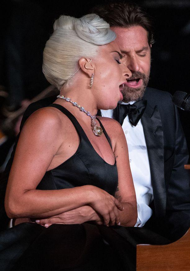 Lady Gagan ja Bradley Cooperin yhteisesitys oli Oscar-gaalan puhuttaneimpia aiheita.