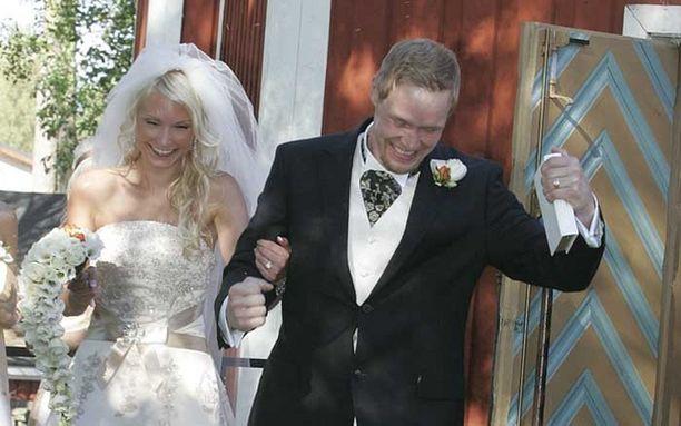 Kirkosta astui ulos onnellinen pari.