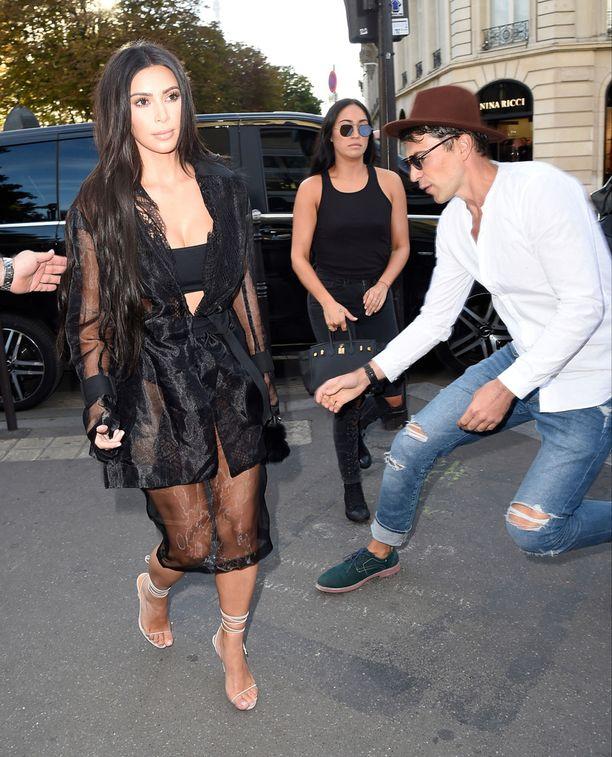 Tässä Vitalii Sediuk hyökkäämässä Kim Kardashianin kimppuun.