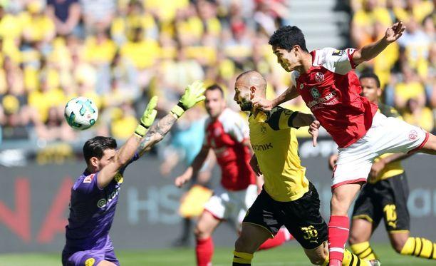 Yoshinori Muto (oik.) puski Mainzin voittomaalin, jolla joukkue myös  varmisti sarjapaikkansa.