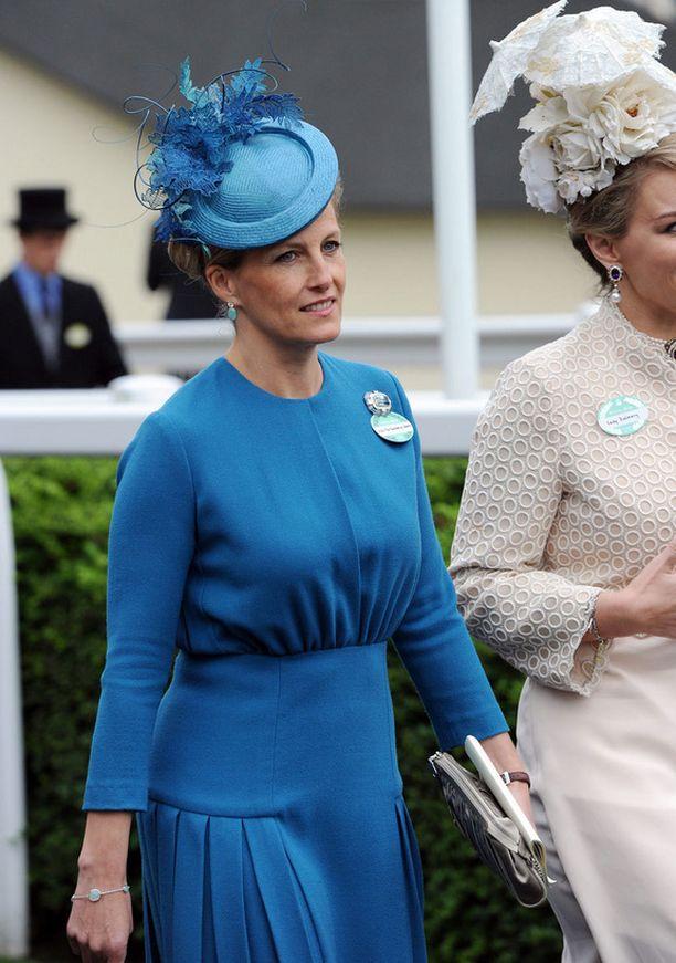 Wessexin kreivitär Sophien hattu oli sävy sävyyn vintage-tyyliin leikatun leningin kanssa.