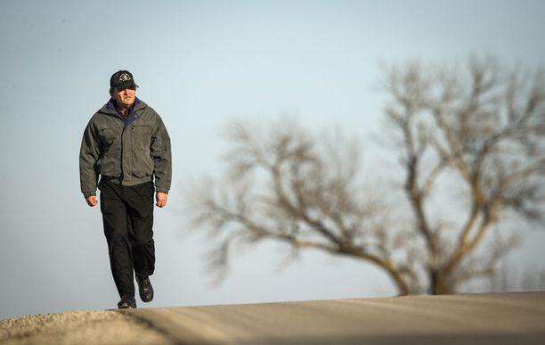 Steve Simoffin työmatka on enimmäkseen valtatien laitaa. Liikenne kiitää miehen ohi sadan kilometrin tuntivauhtia.