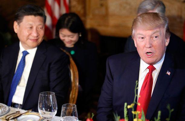 Xi Jinping sai kuulla Trumpilta ohjusiskusta kesken suklaakakun syömisen.