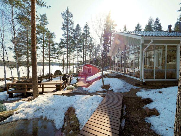 Tämä Saimaan rannalla sijaitseva mökki on hyvä esimerkki hyvin varustellusta loma-asunnosta, jossa voi viettää aikaa ympäri vuoden.
