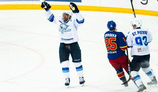 Barys Astanan kapteeni Nigel Dawes juhlii jatkoajalla tekemäänsä voittomaalia.
