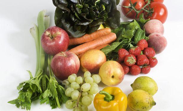 Vielä käyttökelpoiset, mutta parhaan myyntikunnon ohittaneet kasvikset pakataan kolmen kilon erissä laatikkoon ja myydään.