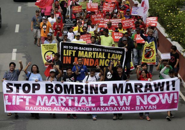 Filippiiniläiset ovat osoittaneet mieltä uuden sotatilalain julistamista vastaan parlamentin edustalla Manilassa.