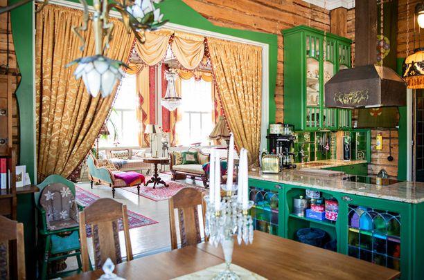Keittiön vihreä väritys lähti liikkeelle kaapista, jonka Rajakonnut omistivat jo ennen Hankoa. Tyyli on jugendia ja kunnostustyöt on tehty itse.