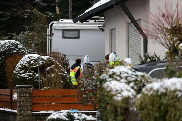 """Poliisit löysivät ruumiit maanantaina. Talossa ja tontilla oli meneillään useita """"remontteja""""."""