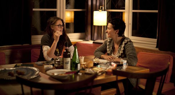 Juliette Binoche (oik.) ja Kristen Stewart näyttelivät ensimmäistä kertaa samassa elokuvassa.