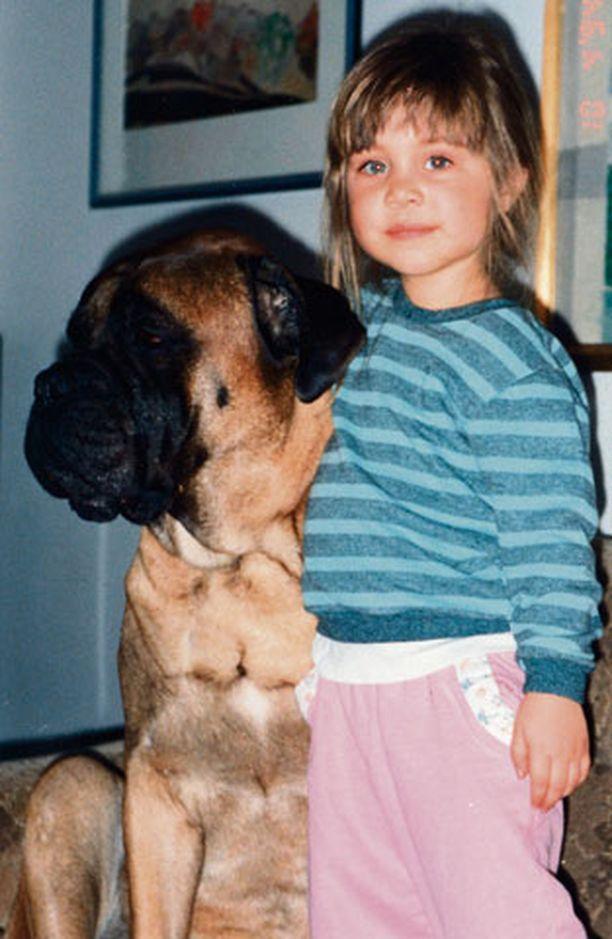 1994 Kummitädin luona kylässä. - Tykkäsin Mimmi-koirasta todella paljon.