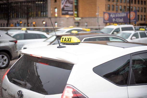 Helsingissä on paljastunut tapauksia, joissa taksinkuljettaja veloitti asiakkaan tililtä ylihintaa. Kaksi sairaalan pihasta auton ottanutta asiakasta on tehnyt rikosilmoituksen. Kuvituskuva.