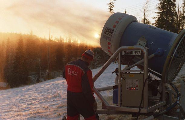 Rinteen lumetus käynnissä. Kuva vuodelta 1996.