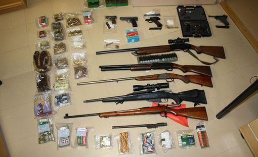 Cannonbaal MC -kerhon jäsenten kodeista löytyi noin 40 laitonta asetta.