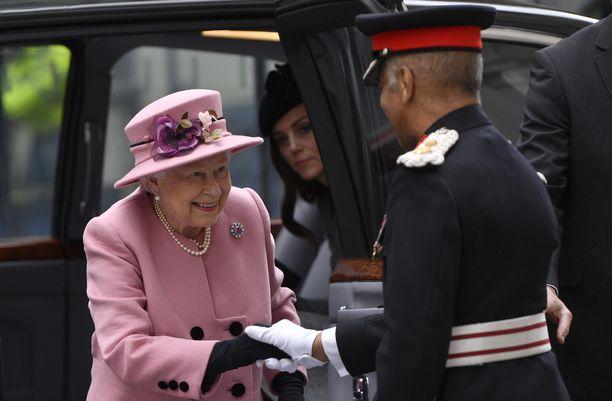 Kuningatar Elisabet saapui iloisena yliopistolle. Autosta kurkistaa herttuatar Catherine Catherine Walkerin takkimekossa.