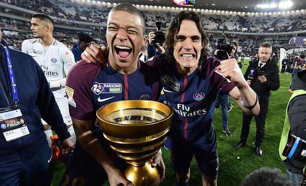 Kylian Mbappé (vas.) ja Edinson Cavani juhlivat yhdessä PSG-mestaruutta.