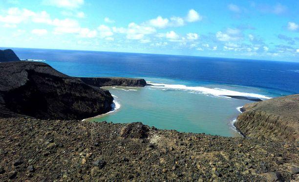 Hunga Tongalla on pieni laguuni. Saaren korkein kohta on noin 150 metriä meren pinnasta.