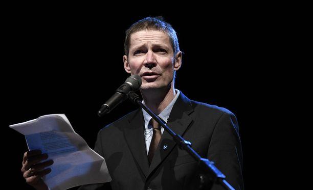 Juha Hurmeen puhe sai kuulijat hurraamaan ja aplodeeramaan innokkaasti.