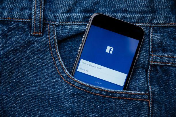 Epämääräisiä käsidesejä ja desinfiointiaineita myydään esimerkiksi Facebook-ryhmissä. Kuvituskuva.