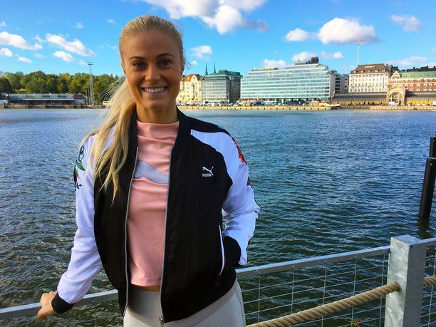Aitajuoksija Lotta Harala, 26, viihtyy uusissa kotimaisemissaan Helsingissä meren partaalla.