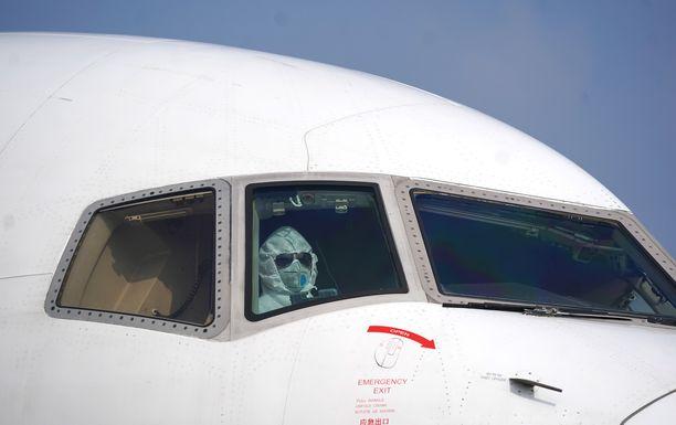 EU alkaa lennättää kansalaisiaan pois Kiinan Wuhanista. Lentäjä kuvattuna Wuhanin lentoasemalla tiistaina.