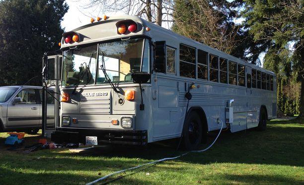 Pariskunta kunnosti vanhaa koulubussia vuoden verran.