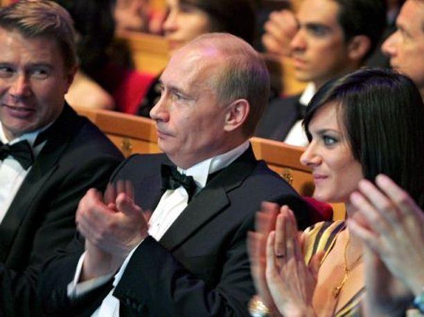 VIEREKKÄIN Mika Häkkinen sai vierelleen arvokasta seuraa: Venäjän presidentti Vladimir Putinin.