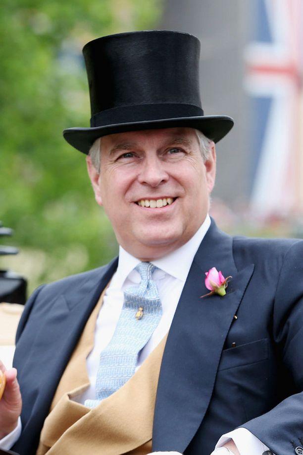 Prinssi Andrew näyttää mallia miesten Royal Ascot -tyylistä.