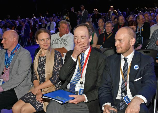 Uuden puheenjohtajan vaimoa Hilla Halla-ahoa hymyilytti aviomiehensä antaumuksellinen haukotus puoluekokoussalissa. Vieressä myhäili Halla-aholle hävinnyt puheenjohtajaehdokas, kulttuuriministeri Sampo Terho.
