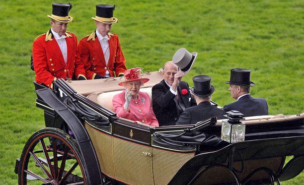Kuninkaallisen perheen Ascot Landau -vaunua tullaan käyttämään prinssi Harryn ja Meghan Marklen häissä toukokuussa. Kuvassa kuningatar Elisabet ja prinssi Philip Ascot Landaun kyydissä vuonna 2011.