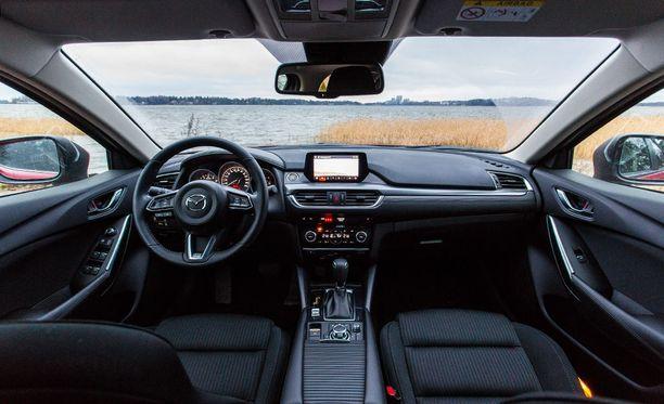 Yleisilmeeltään Mazda6 on selkeälinjainen ja konstailematon. Materiaalit vaikuttavat laadukkailta.