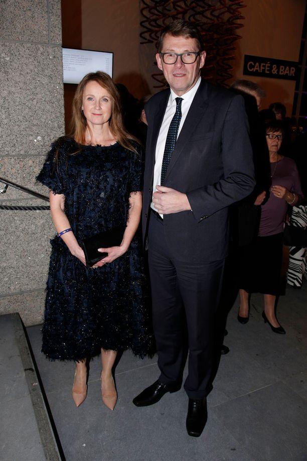 """Naisystävänsä Heidi Huhtamaan kanssa Kansallisoopperaan saapunut Matti Vanhanen kertoi ottavansa kevään aikana viikon """"omaa lomaa""""."""