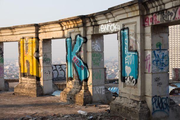 Graffitimaalarit ja hylättyjä paikkoja metsästävät urbaanit löytöretkeilijät ovat löytäneet tiensä aavetorniin,