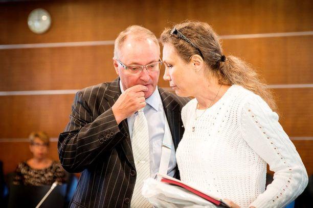 Tuttu kaksikko oikeudessa. Juha Manner (vas.) on toiminut Anneli Auerin asianajajana alusta alkaen.